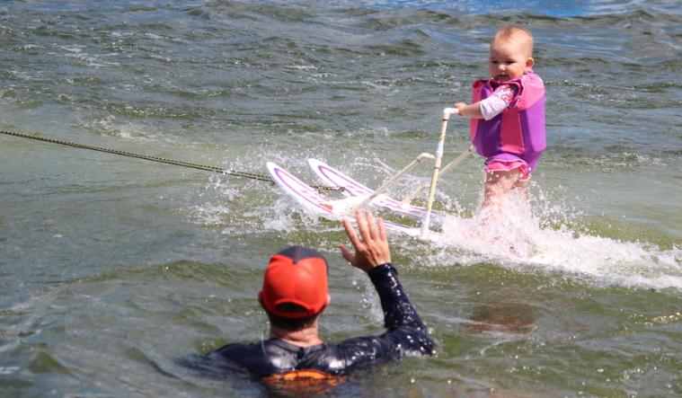 bebe skija na voda