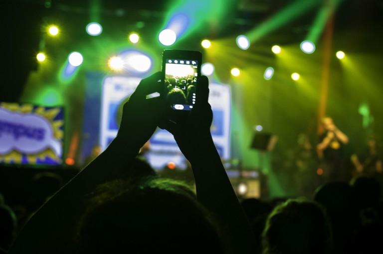 smartfon snima koncert
