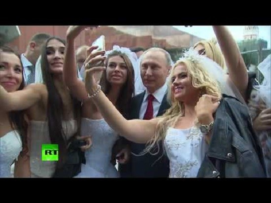 putin-selfies-with-brides-on-red-square-during-moscow-b-day-celebrations