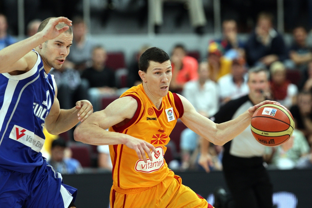 epa02898224 FYROM's Vlado Ilievski (R) tries to pass Tuukka Kotti of Finland during the preliminary round match between The Former Yugoslav Republic of Macedonia and Finland at the EuroBasket 2011 in Alytus, Lithuania on 04 September 2011.  EPA/ARMANDO BABANI
