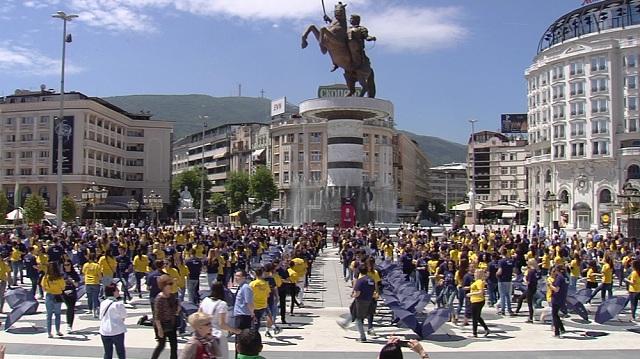 Матурантите блеснаа со танцот  Квадрил  на плоштад
