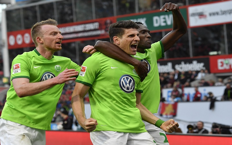 Wolfsburg's Mario Gomez (center), celebrates his second goal during the German Bundesliga soccer match between Bayer Leverkusen and VfL Wolfsburg in Leverkusen, Germany, on Sunday, April 2, 2017. Photo: AP