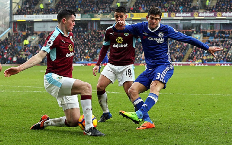 epa05788315 Chelsea's Marcos Alonso (R) in action against Burnley's Michael Keane (L) during the English Premier League soccer match between Burnley FC and Chelsea FC at Turf Moor Stadium in Burnley, Britain, 12 February 2017.  EPA/NIGEL RODDIS EDITORIAL USE ONLY. No use with unauthorized audio, video, data, fixture lists, club/league logos or 'live' services. Online in-match use limited to 75 images, no video emulation. No use in betting, games or single club/league/player publications.