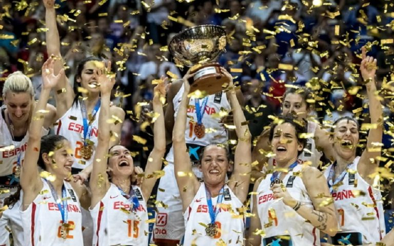 epa06050513 Players of Spain celebrate after winning the final match between Spain and France during medal ceremony at the EuroBasket Women 2017 in Prague, Czech Republic, 25 June 2017.  EPA/MARTIN DIVISEK