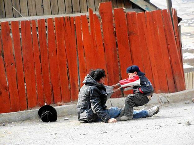 Мало момче му помага на својот татко алкохоличар