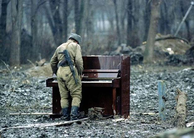 Руски војник свири на напуштено пијано во 1944