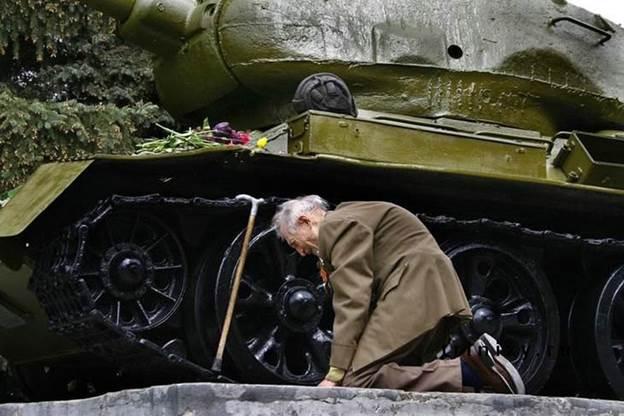 Војник покрај тенкот во кој ја поминал Втора светска војна