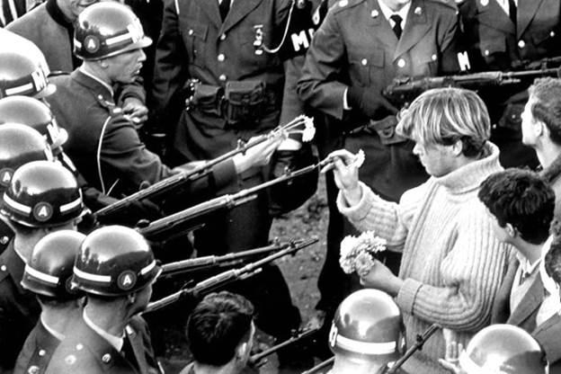 Моќта на мирот и љубовта против оружјето